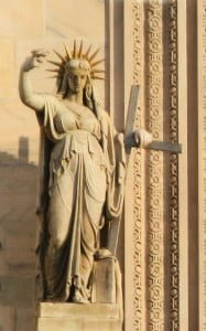 """""""La Legge Nuova"""" Statua all'ingresso della Cattedrale Santa Maria Nascente di Milano"""
